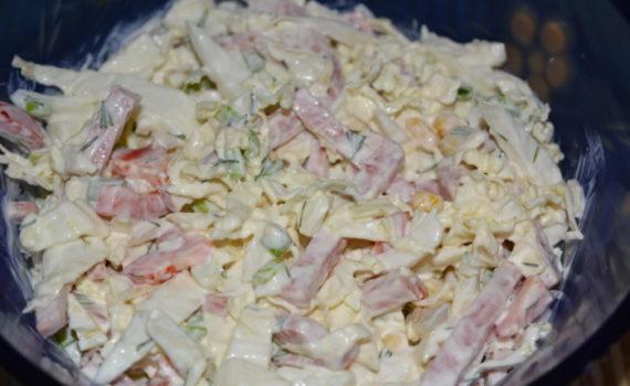 Салат из пекинской капусты с кукурузой, колбасой и перцем