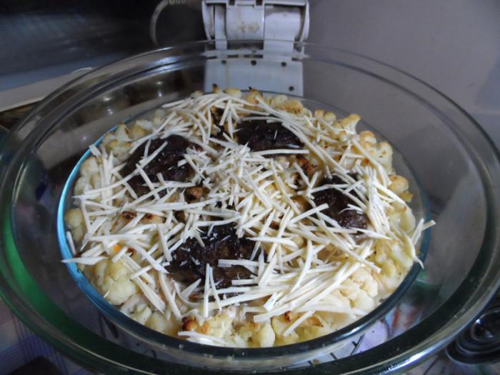 Гнезда из фарша с грибами и сыром на овощной подушке