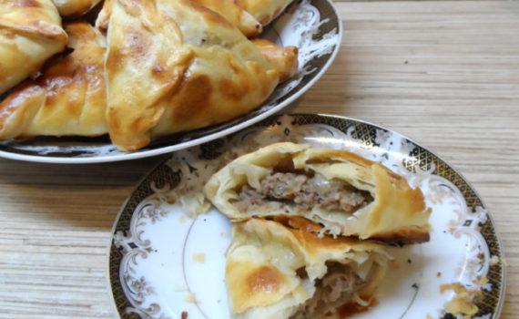 Узбекская самса из слоеного теста с мясом