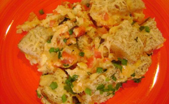 Яичница с помидорами, сыром и хлебом по-итальянски