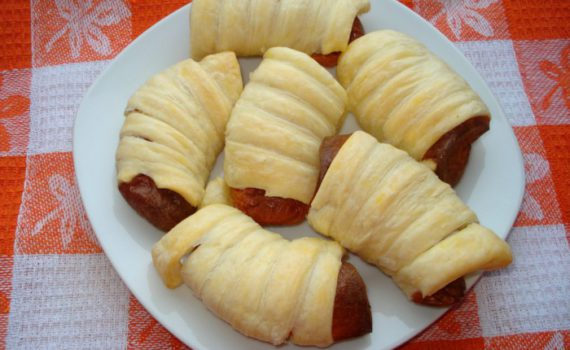 Сосиски в слоеном тесте, запеченные в духовке