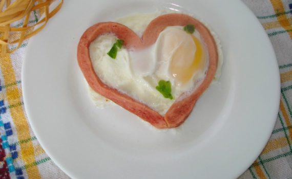 Яичница с сосиской в виде сердца в микроволновке