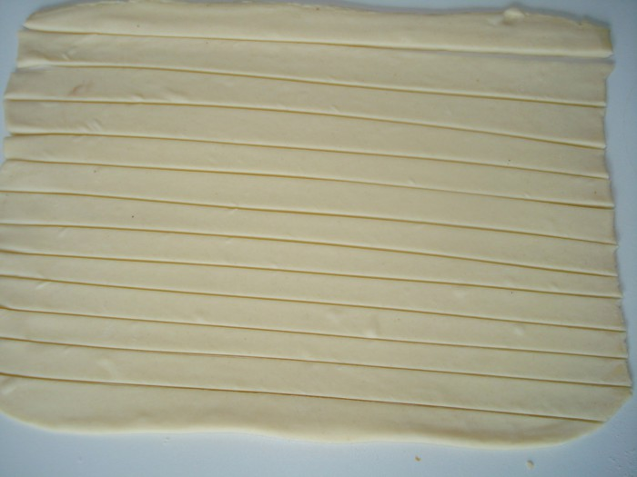 Хрустящие сырные палочки в слоеном тесте