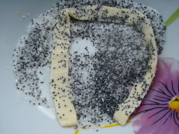 Спиральные палочки из слоеного теста с сахаром и маком
