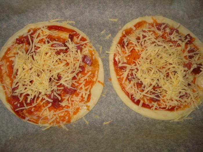 мини пицца рецепт из слоеного теста с сосисками