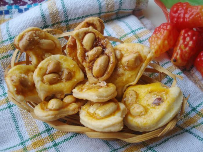 Быстрое печенье из слоеного теста с сахаром и арахисом