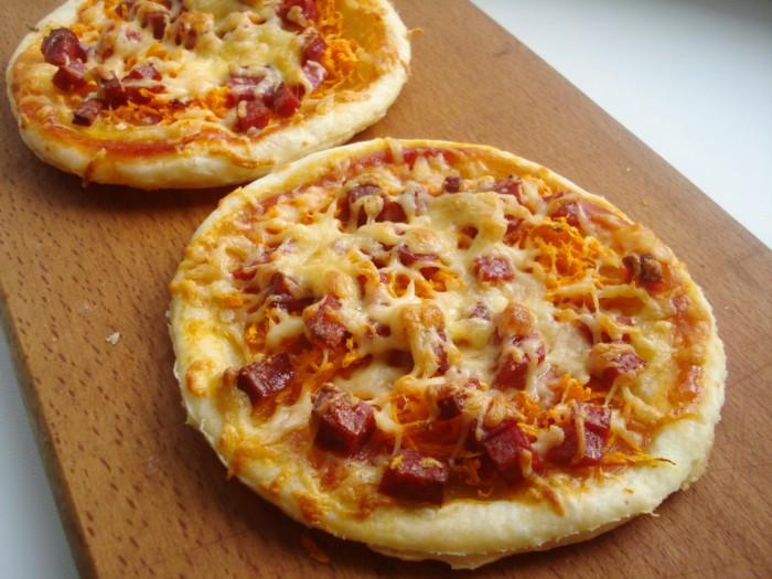 Домашняя мини-пицца с колбасой, морковью и сыром из готового слоеного теста