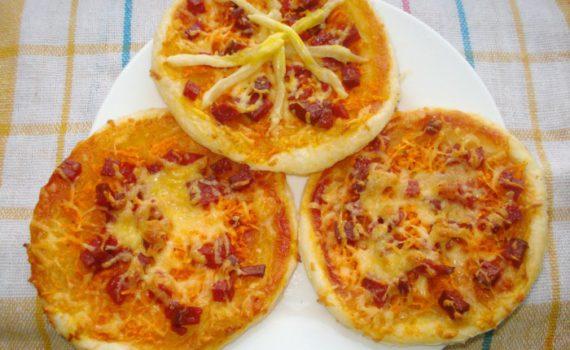Домашняя мини-пицца из слоеного теста с колбасой и сыром