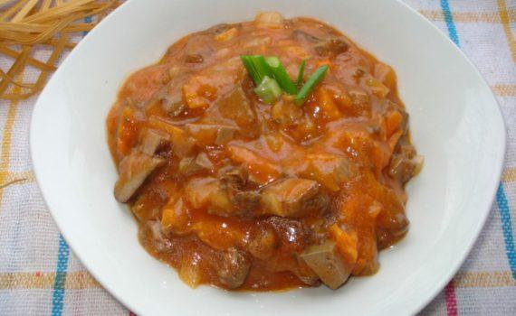 Вкусная подлива с печенью, томатным соком, луком и морковью