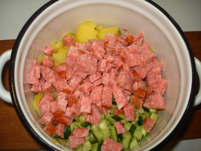 Вкусная окрошка на воде с майонезом, овощами, колбасой и зеленью
