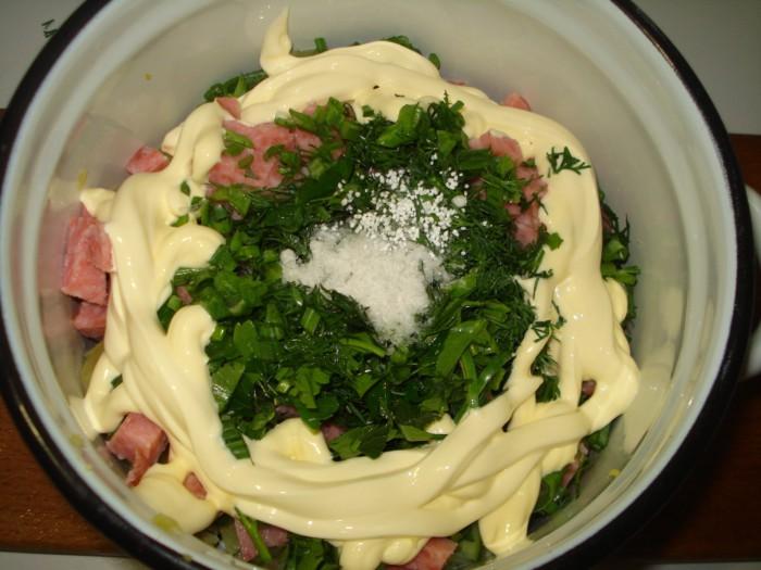 Окрошка на воде с майонезом с колбасой, овощами и зеленью