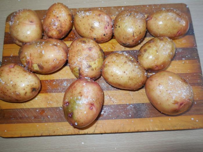 Запечь молодую картошку в духовке в мундире