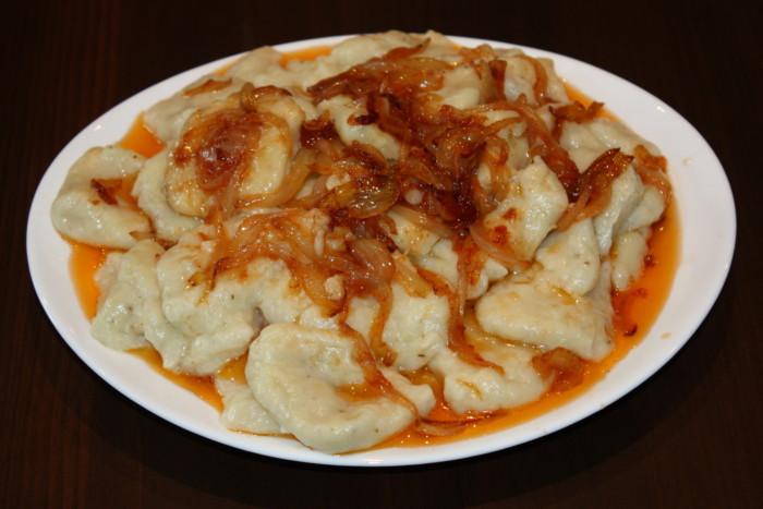Постные картофельные ньокки с томатным соусом и луком