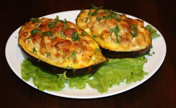 Запеченные баклажаны фаршированные курицей, овощами и сыром