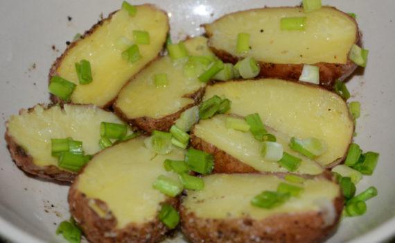 Как запечь картошку в микроволновке в мундире целиком