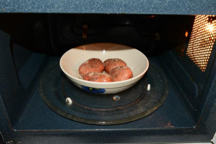 как запечь картошку в микроволновке целиком в кожуре
