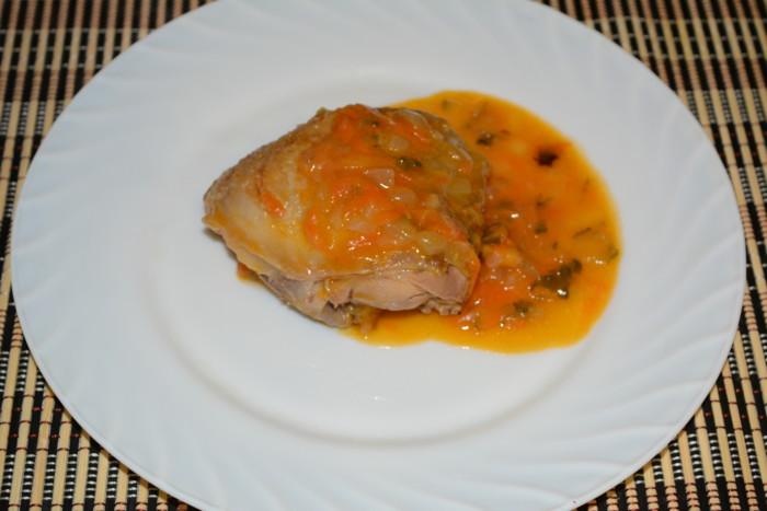 Куриные бедра тушеные с луком, морковью и маринованными огурцами