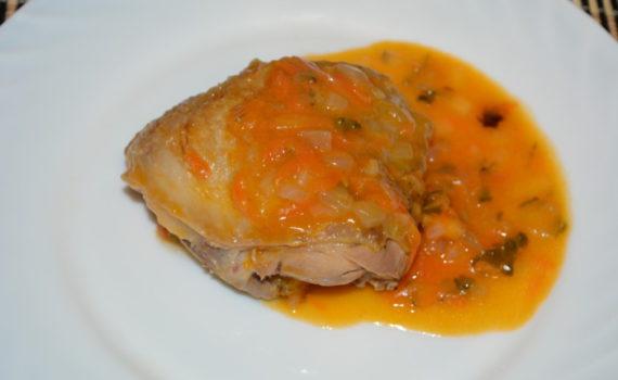Куриные бедра тушеные в соусе из маринованных огурцов