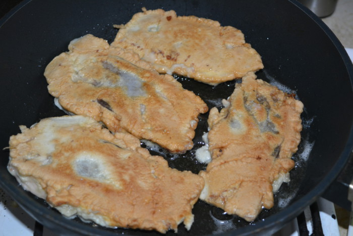 Красная рыба в кляре на сковороде
