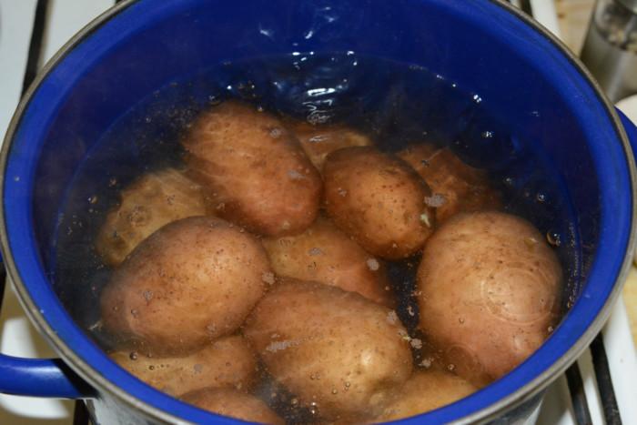 Вареный картофель в мундире в кастрюле