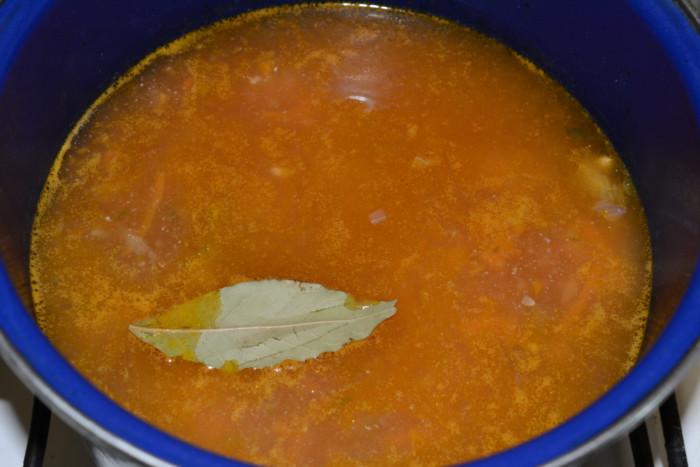 Картофельный суп с замороженными фрикадельками и маринованными огурцами