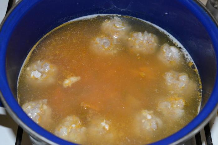 Картофельный суп с фрикадельками и маринованными огурцами