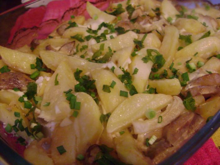 Картофель запеченный с грибами и сметаной в духовке