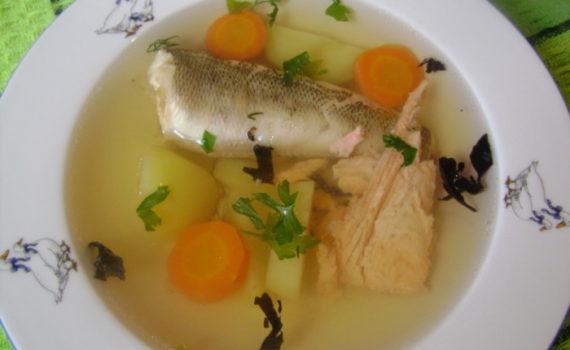 Уха из головы красной рыбы и рыбы разных сортов