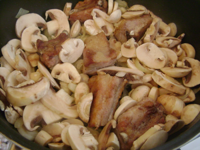 Свиные ребрышки с грибами тушеные с подливой