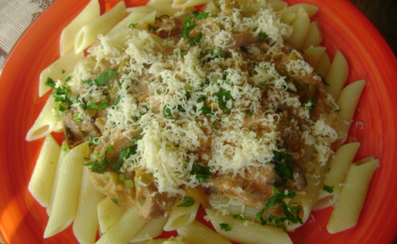 Макароны с грибами в сливочном соусе, с луком пореем и томатом