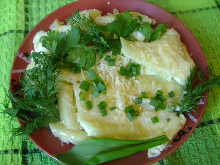 Омлет с макаронами, сыром, зеленым горошком и зеленью