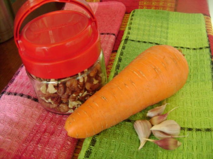 Майонезный салат с черемшой, морковью, чесноком и орехами