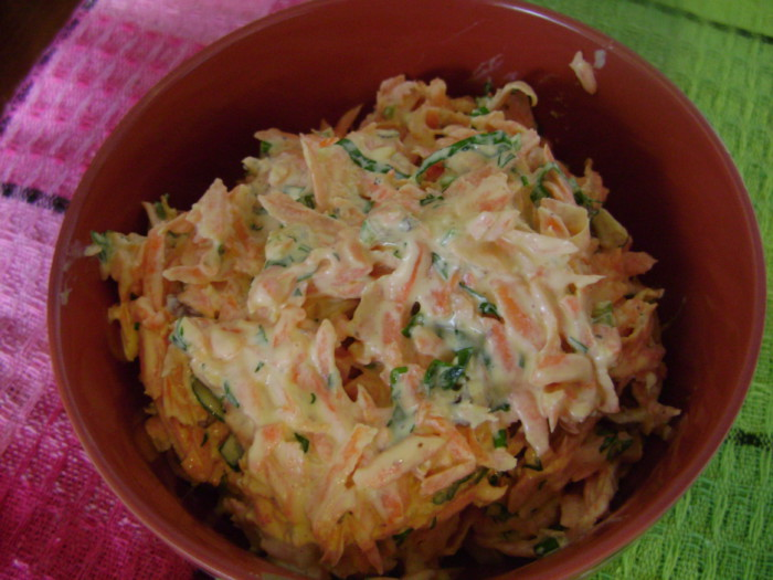 Морковный салат с черемшой, чесноком, орехами, зеленью и майонезом