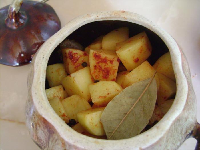 Тушеное в горшочке мясо с картошкой