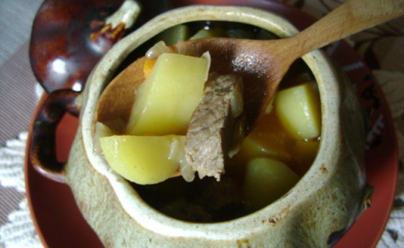 Тушеное мясо с картошкой в горшочках в духовке