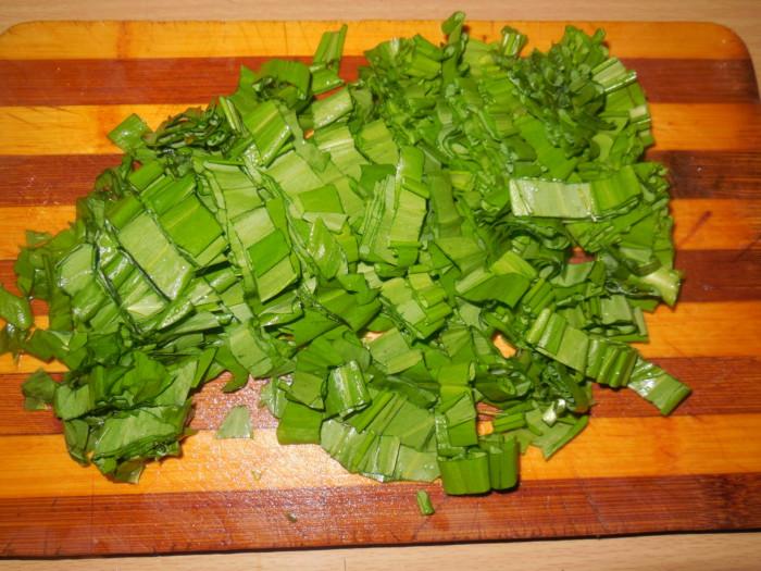 салат с яйцами, черемшой, свежим огурцом и зеленым горошком .