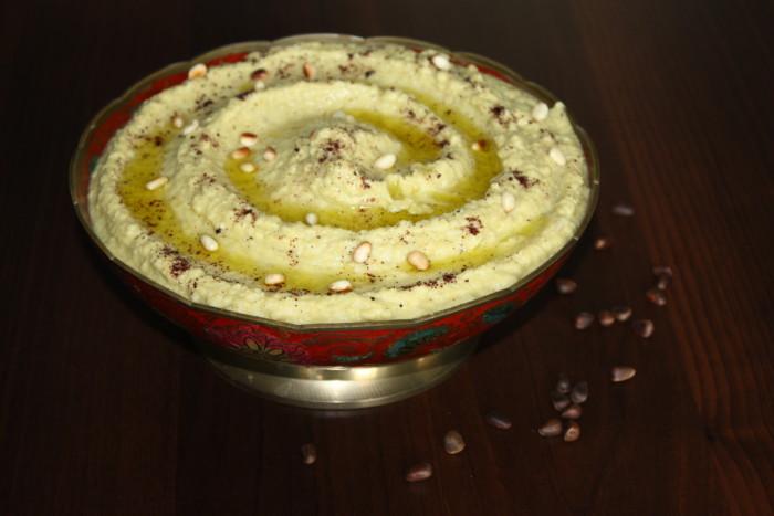 Домашний хумус с кедровыми орешками и кинзой