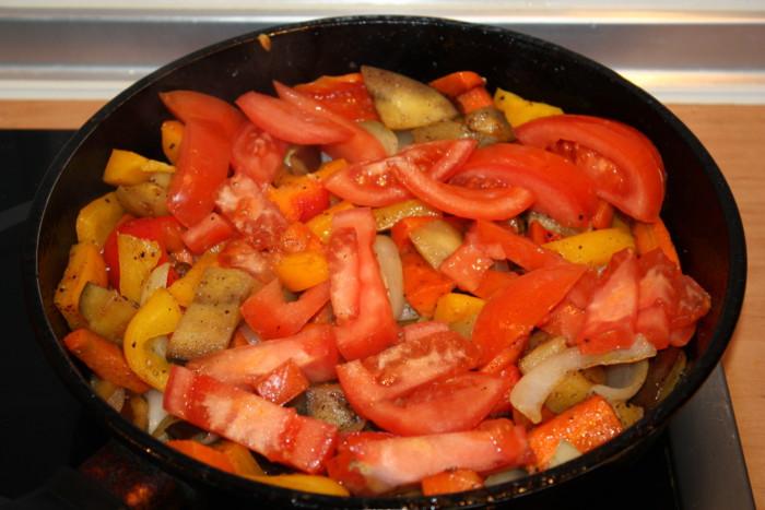 Жгучий горячий овощной салат с баклажанами
