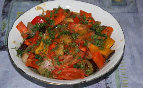 Горячий салат из овощей с баклажанами и жгучим перцем