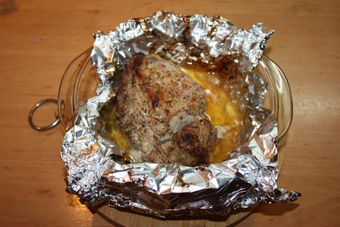 Запеченная свинина с соусом наршараб в духовке в фольге