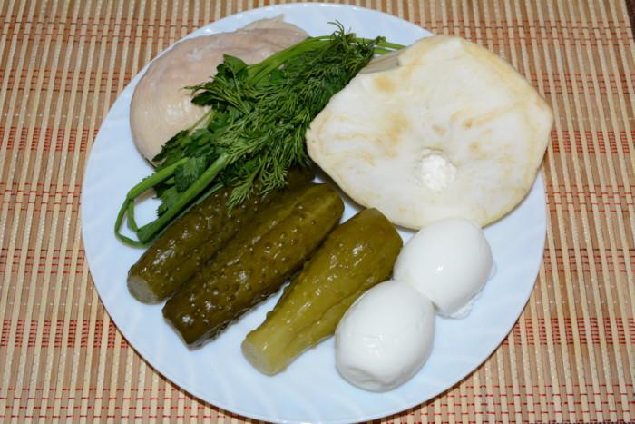 Салат из сельдерея с курицей, яйцом, огурцом и майонезом