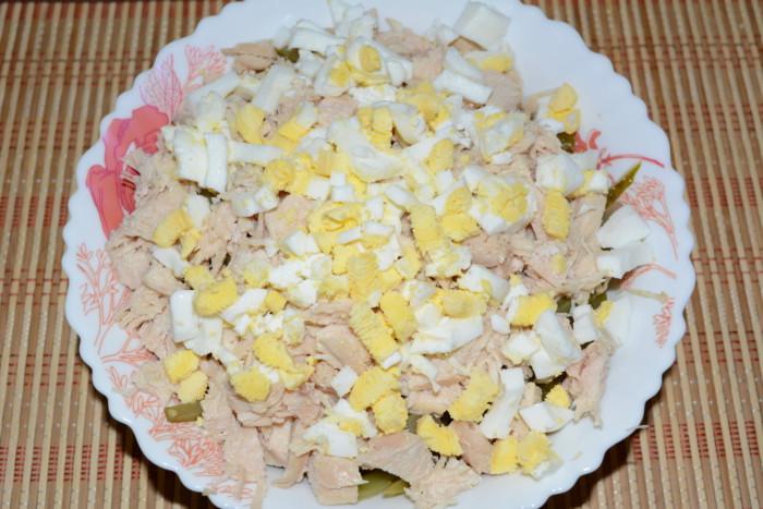Cалат с сельдереем, курицей, огурцом, яйцами и зеленью