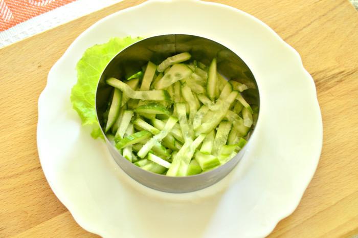 Слоеный салат с кукурузой и крабовыми палочками порционно