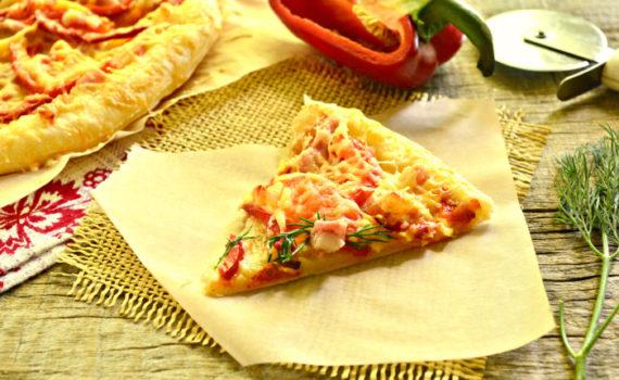 Бездрожжевая пицца из готового слоеного теста с беконом