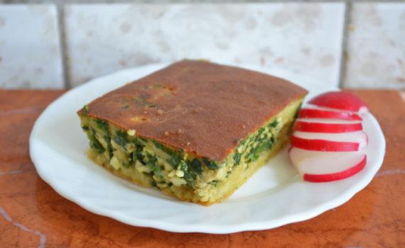 Быстрый заливной пирог на кефире со шпинатом, яйцом и зеленым луком