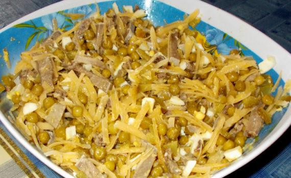 Салат из свиного языка с соленым огурцом, горошком и сыром
