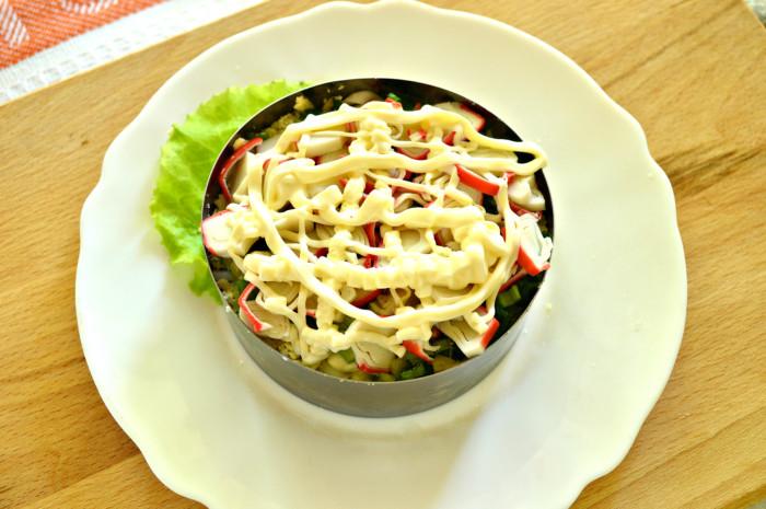 Cлоеный салат с крабовыми палочками, кукурузой и ветчиной в кольце