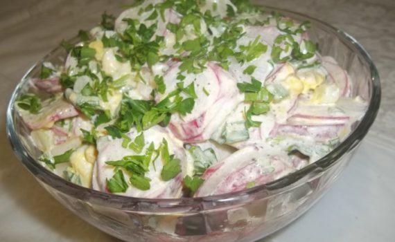 Весенний салат с редиской, яйцом и луком