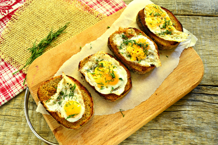 Хлебные тосты с яйцом и зеленью