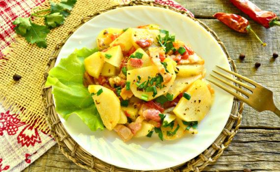 Тушеный картофель с беконом на сковороде